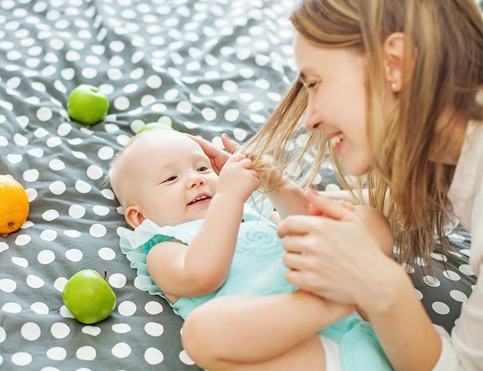 嬰兒抓大人頭髮