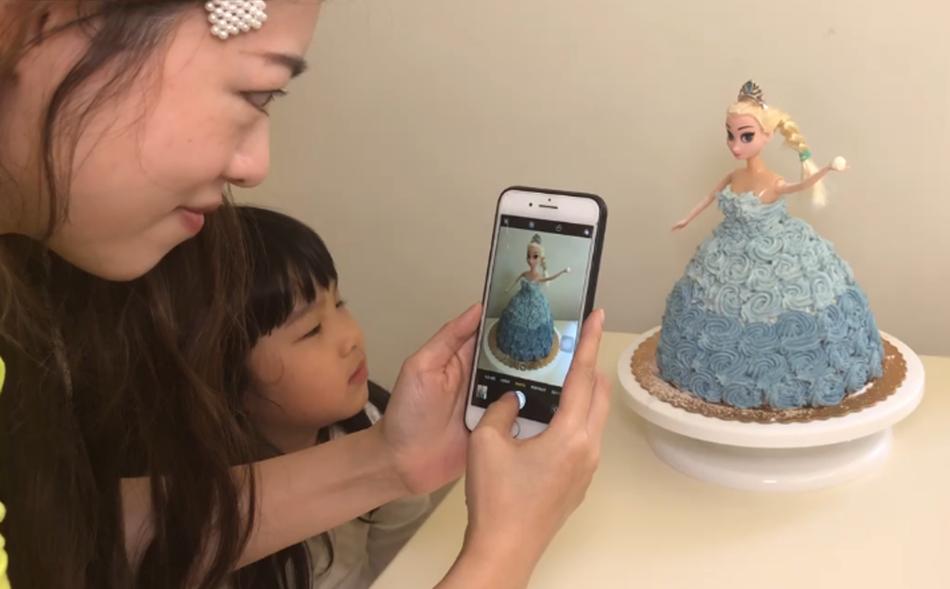 黑面媽給Elsa蛋糕拍照