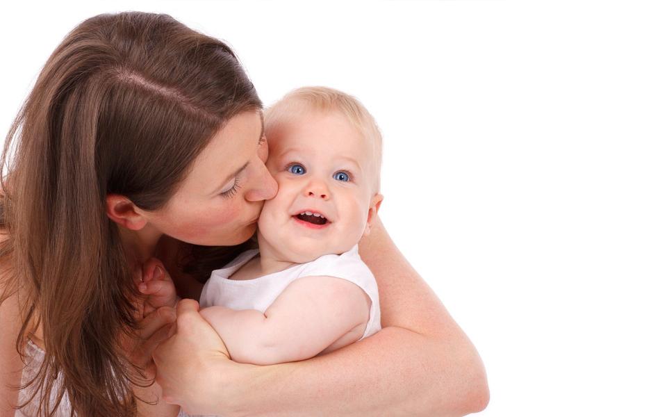 媽媽親吻寶寶