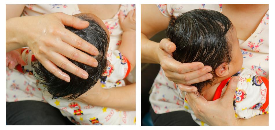 在寶寶頭上塗抹洗頭水