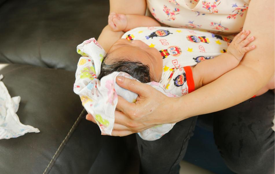 抹幹寶寶頭部